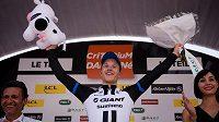 Německý cyklista Nikias Arndt se raduje z vítězství ve třetí etapě závodu Critérium du Dauphiné.