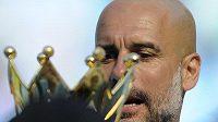 Trofej pro Pepa... Josep Guardiola dovedl Manchester City k titulu a zároveň prodloužil smlouvu.