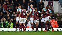 Útočník West Hamu Andy Carroll (vlevo) slaví se spoluhráči gól proti Chelsea.