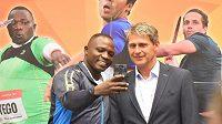 Oštěpařský mistr světa Julius Yego z Keni si s Janem Železným pořídil společné selfie, k jeho světovému rekordu mu stále chybí téměř šest metrů.