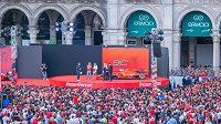 Ferrari slavilo s fanoušky v Miláně výročí.