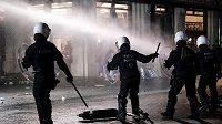 Policisté v ulicích Bruselu se snaží ovládnout rozčílené fanoušky demolující okolí.