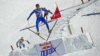 Český závodník Dušan Kožíšek ve skikrosovém závodu na běžkách Red Bull Nordix.