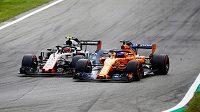 Fernando Alonso (vpravo) a Kevin Magnussen během kvalifikace na Velkou cenu Itálie.