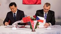 Tu Čao-cchaj, šéf Čínské fotbalové asociace, a Jaroslav Tvrdík, šéf představenstva Slavie, při podpisu memoranda.