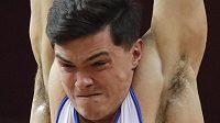 Ruský gymnasta Artur Dalalojan na MS při cvičení na kruzích.