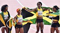 Natalliah Whyteová, Shelly-Ann Fraserový-Pryceová, Shericka Jacksonová a Jonielle Smithová, jamajské vítězky štafety.