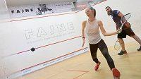 Hlavní favoritkou mistrovství ČR ve Squashi je Anna Serme (v popředí), která si před turnajem zahrála i proti obránci hokejových Vítkovic Janu Výtiskovi.