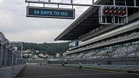 Boxová zídka, hlavní tribuna a startovní světla na okruhu F1 v Soči.