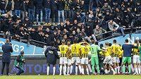 Pod fanoušky Vitesse Arnhem se při závěrečné děkovačce zřítila část tribuny.