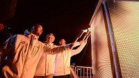 Zleva zlatí olympijští medailisté akrobat Aleš Valenta, běžkyně na lyžích Kateřina Neumannová a hokejista Dominik Hašek zapalují symbolický olympijský oheň.