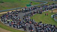V Brně na Masarykově okruhu se uskutečnila vzpomínková jízda za tragicky zesnulého jezdce MotoGP Itala Marca Simoncelliho spojená s pokusem o překonání rekordu v počtu motocyklů.