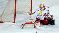 Třinecký brankář Peter Hamerlík zasahuje ve třetím čtvrtfinálovém utkání play off na ledě pražské Sparty.