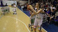 Basketbalistka Karolína Elhotová při dovednostní soutěži.