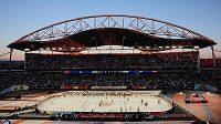 Pohled na utkání Edmonton Oilers - Winnipeg Jets pod otevřeným nebem na Investors Group Field.