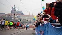 Pražský maratón patří v Česku mezi nejoblíbenější. Na start se postaví okolo deseti tisíc běžců.