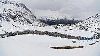 Cyklistům komplikuje na Giru život sníh.