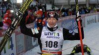 Lukáš Bauer se raduje ze svého vítězství na trati 10 kilometrů klasicky v Kuusamu.