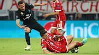 Bitva gigantů v semifinále Ligy mistrů. James Rodriguez v dresu Bayernu v akci s madridským Lucasem Vazquezem.