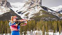 Gabriela Soukalová na střelnici během sprintu v kanadském Canmore.