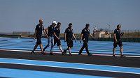 Esteban Ocon(druhý zleva) se s týmem Force India prochází po okruhu Paul Ricard před Velkou cenou Francie.