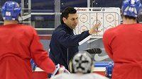 Trenér hokejové reprezentace Vladimír Růžička udílí na MS v Minsku pokyny svým svěřencům.