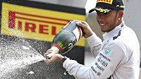 Lewis Hamilton slaví vítězství ve Velké ceně Itálie.