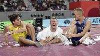 Pohoda v tyčkařském doskočišti. Zleva stříbrný Švéd Armand Duplantis, bronzový Polák Piotr Lisek a vpravo zlatý Američan Sam Kendricks.