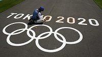 """Novinka v Tokiu. Motto olympisjkých her nyní zní: """"Rychleji, výše, silněji - společně""""."""