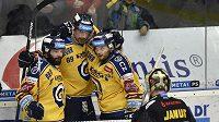 Jakub Ferenc (uprostřed) slaví se spoluhráči gól proti Litvínovu.