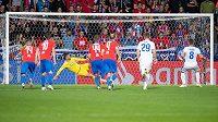 Nikola Vlašič z CSKA proměňuje nařízenou penaltu během utkání základní skupiny Ligy mistrův Plzni.