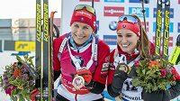 Slovenská biatlonová radost. Vítězka sprintu Anastasia Kuzminová (vlevo) a bronzová Pauliná Fialková.