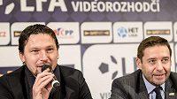 Rozhodčí Roman Hrubeš (vlevo) a předseda LFA Dušan Svoboda během tiskové konference k projektu videorozhdčích ve fotbale.