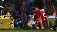 Zlatan Ibrahimovic z Manchesteru United se svíjí v bolestech. V odvetě s Anderlechtem si poranil koleno.