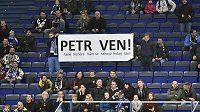 Transparent nespokojených vítkovických fanoušků, kteří si žádají konec Jakuba Petra ve funkci trenéra.
