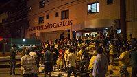 Brazilští fanoušci před nemocnicí Sao Carlos ve Fortaleze, kde leží Neymar.