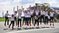Čeští sportovci pózují v Kbelích před odletem na olympijské hry do Tokia.