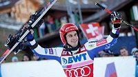 Slovinec Žan Kranjec se raduje ze svého triumfu v obřím slalomu v Adelbodenu.