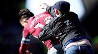 Fanoušek napadl na hřišti Jacka Grealishe z Aston Villy.