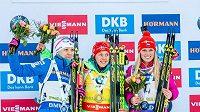 Eva Puskarčíková (vpravo) na stupních vítězů vedle Laury Dahlmeierové (uprostřed) z Německa a Finky Kaisy Mäkäräinenové.