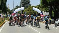 Cyklisté na trati mezi Milánem a Turínem.