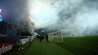Při zápasu Slovácka s Baníkem zahalil celý stadión kouř z dýmovnic od ostravských fanoušků.