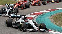 Lewis Hamilton na čele závodu před Valterrim Bottasem a dvěma vozy Ferrari.