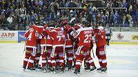 Hokejisté Olomouce se radují z vítězství v Brně.