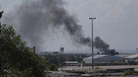 Požár není momentálně v Doněcku nijak výjimečný jev. Takhle stoupal dým v pondělí s tamního letiště.
