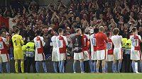 Fotbalisté Slavie děkují fanouškům po odvetě na hřišti Chelsea.