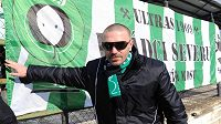 Tomáš Řepka pózuje před kotlem fanoušků Mostu.