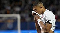 Jedna z hvězd PSG Kylian Mbappé se v utkání francouzské reprezentace zranil.