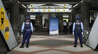 Japonští policisté v Tokiu před startem olympijských her.