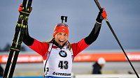 Slovenská biatlonistka Anastasia Kuzminová slaví titul mistryně světa ve sprintu.